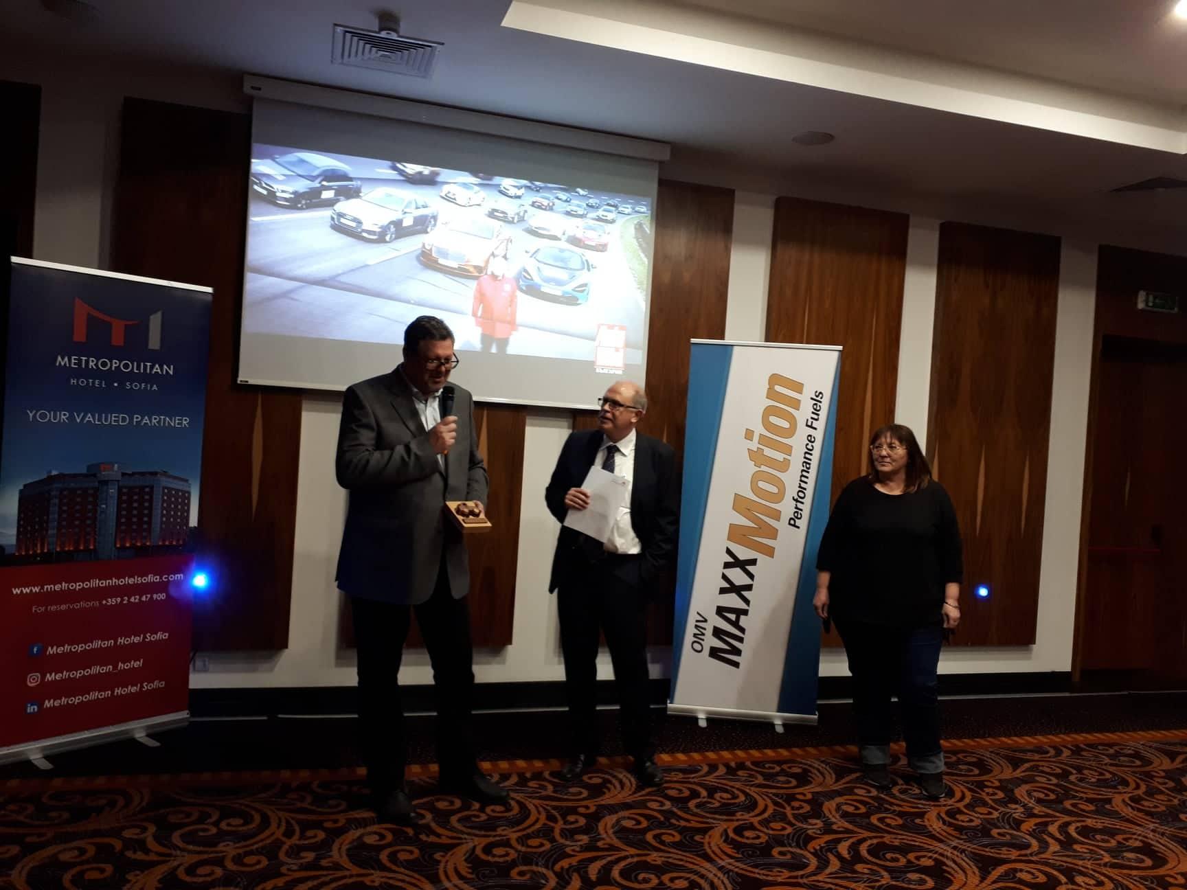 """Костадин Грозданов, изп. директор на """"Астреко Моторс"""", най-високият на последния ред с наградата на Mahindra"""